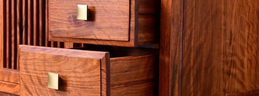 Lades van een donker houten dressoir