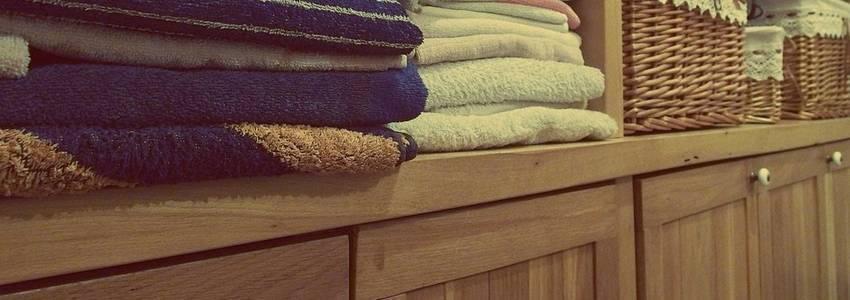 Een kast waar handdoeken in liggen