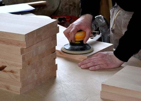 hout schuren met schuurmachine